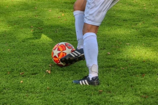 Gerakan Menendang Bola secara Terputus-Putus dalam Sepak Bola (317514)