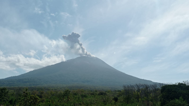 Pagi ini Gunung Ile Lewotolok Kembali Erupsi, Tinggi Kolom Abu 1.300 Meter (67427)