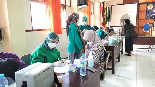 1.000 Pelajar SMA-SMK di Bojonegoro Ikuti Vaksinasi Corona (688544)