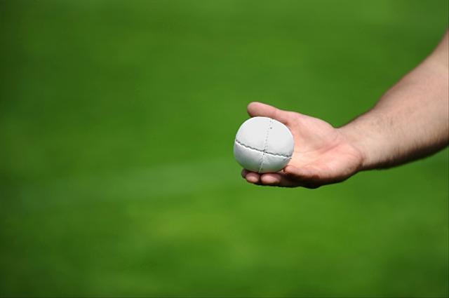 Cara Latihan Lempar Tangkap Bola Berpasangan pada Permainan Kasti (70011)
