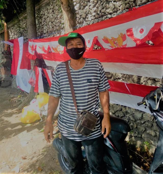 Semangat Agustus, Pria di Bali Ini Tetap Menjual Bendera Meski Terancam Merugi  (325587)