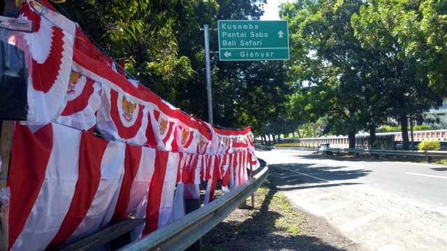 Semangat Agustus, Pria di Bali Ini Tetap Menjual Bendera Meski Terancam Merugi  (325588)