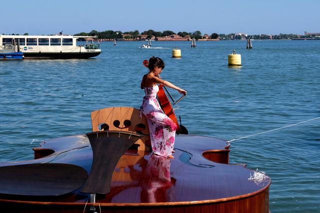 Foto: Perahu Berbentuk Biola Karya Seniman Venesia untuk Hormati Korban COVID-19 (139247)