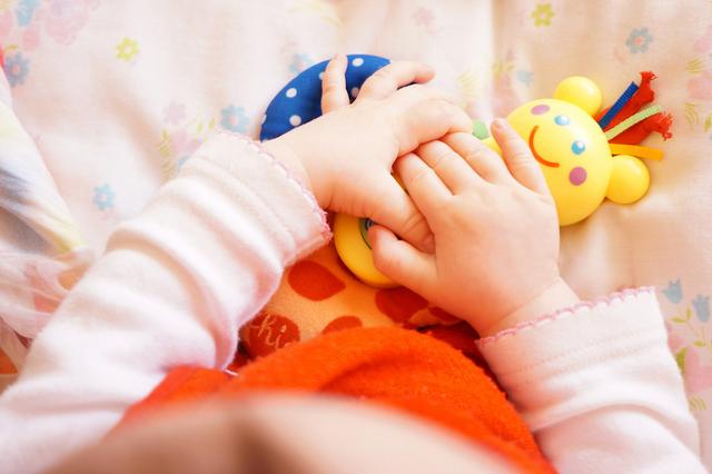 7 Kegiatan Sederhana yang Bantu Bayi Tumbuh Percaya Diri dan Berani Berinteraksi (53933)