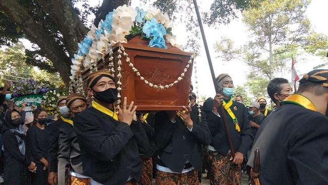 Mangkunegara IX Dikebumikan Bersebelahan dengan Makam Ayahnya (4881)