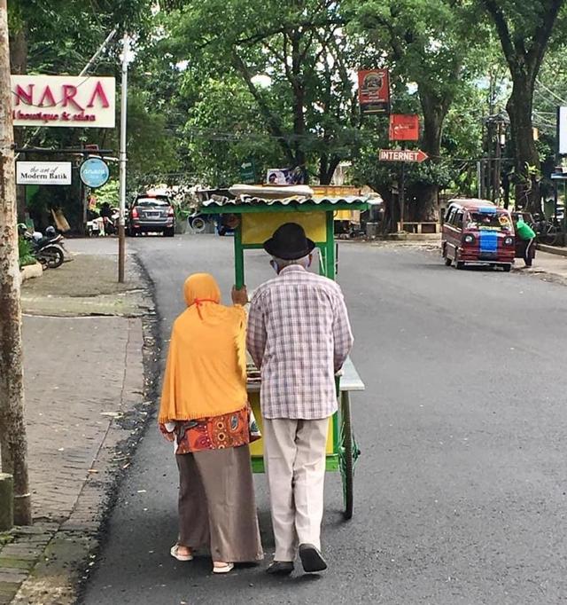 Dompet Amal untuk Kakek Satirun, Usia 86 Tahun Masih Jualan Dawet Berjalan Kaki (226276)