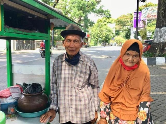 Dompet Amal untuk Kakek Satirun, Usia 86 Tahun Masih Jualan Dawet Berjalan Kaki (226277)