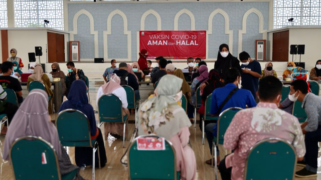 Foto Remaja Dan Masyarakat Umum Ikuti Vaksinasi Di Banda Aceh Convention Hall Kumparan Com