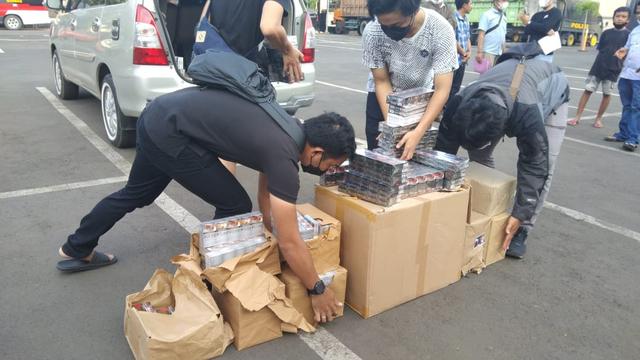 Gudang Berisi Ratusan Rokok Tanpa Pita Cukai di Bandar Lampung Digerebek (36922)