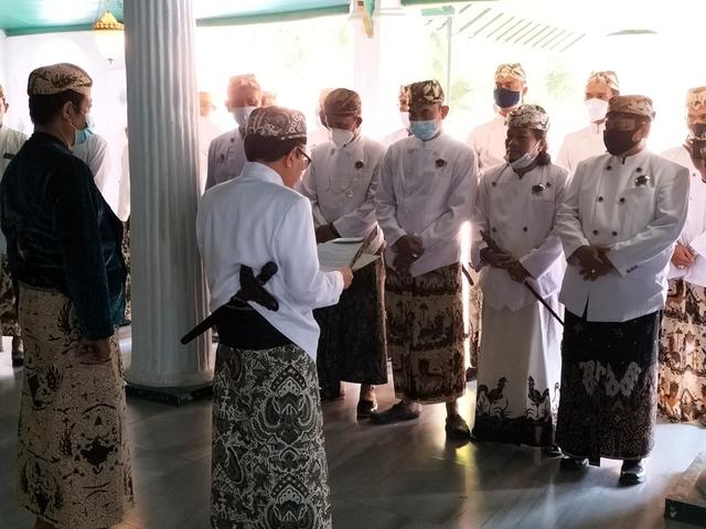 Kisruh Keraton Kasepuhan Cirebon, Sultan Aloeda II Lantik Perangkat Keraton (55913)