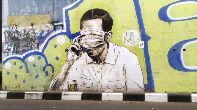 Mural Wajah Mirip Jokowi Tertutup Masker Hiasi Flyover Pasupati Bandung (85154)