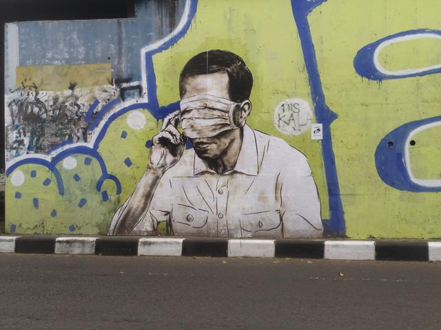 Mural Wajah Mirip Jokowi Tertutup Masker Hiasi Flyover Pasupati Bandung (85152)