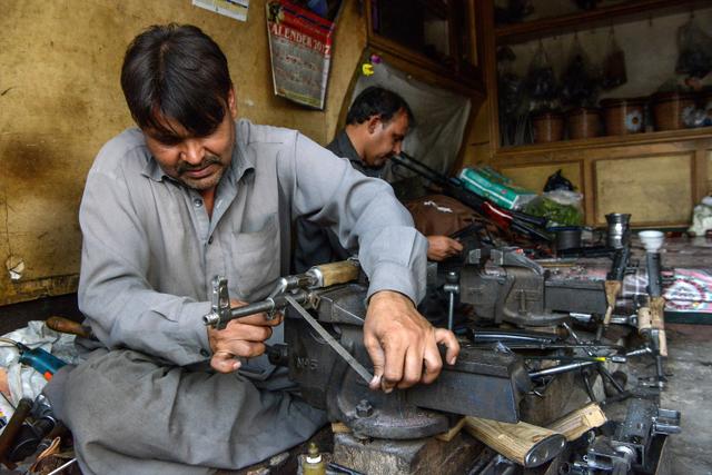Di Afghanistan Peluru Seharga Roti dan Senjata Dijual Seperti Mainan (96853)