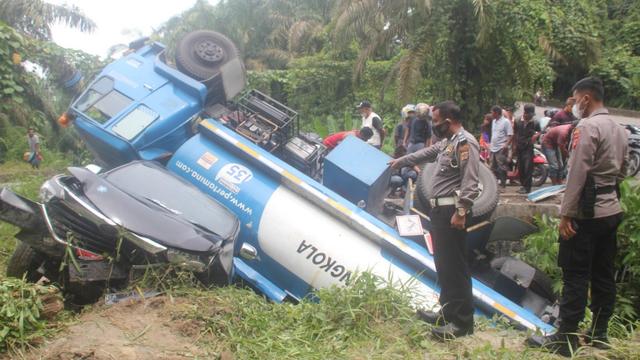 Rem Blong, Truk Tangki Minyak Seret Mobil Avanza ke Jurang di Subulussalam, Aceh (243109)