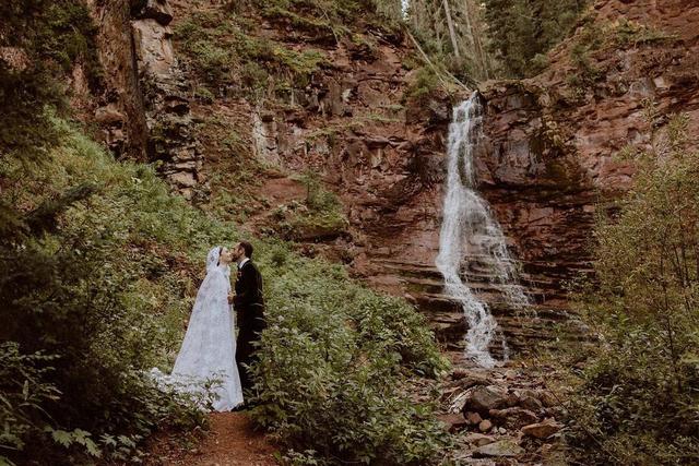 Lily Collins Menikah dengan Charlie McDowell, Bak Dongeng yang Jadi Kenyataan (86318)
