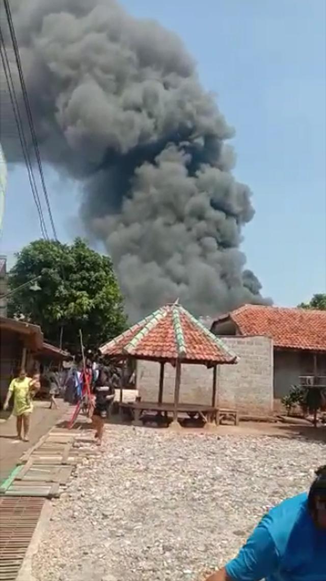 Pabrik Karung di Depok Terbakar, 6 Damkar Dikerahkan Cegah Api ke Rumah Warga (55458)