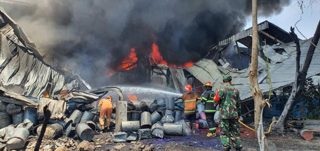 Damkar Sulit Padamkan Kebakaran Pabrik Karung di Depok, Api di Gudang Tiner (48210)