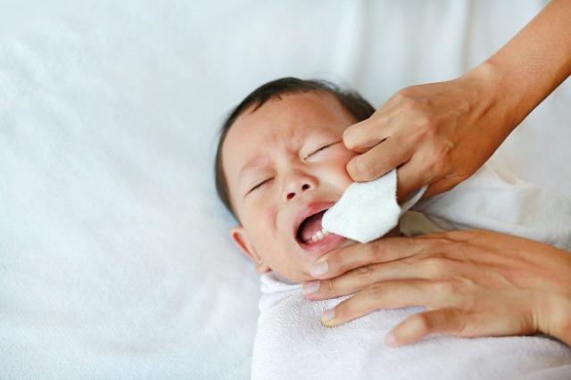 Cara Membersihkan Lidah Bayi yang Bisa Dicoba (646784)