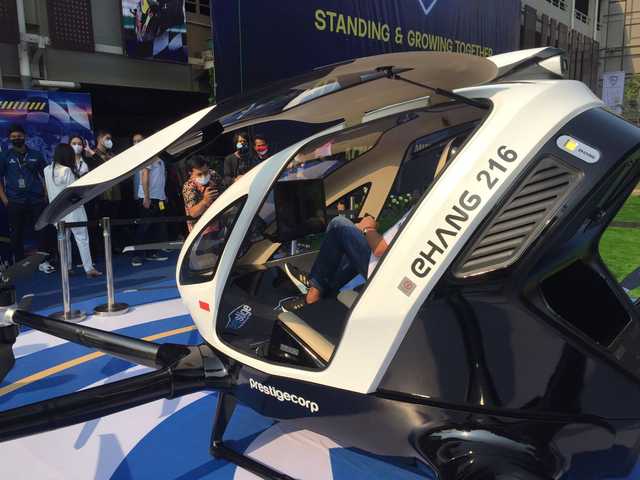 Mencoba Duduk di Kursi Penumpang Taksi Drone EHang 216 (150349)