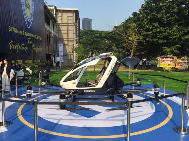 Mencoba Duduk di Kursi Penumpang Taksi Drone EHang 216 (150342)