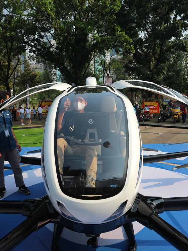 Mencoba Duduk di Kursi Penumpang Taksi Drone EHang 216 (150344)