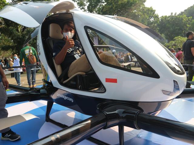 Mencoba Duduk di Kursi Penumpang Taksi Drone EHang 216 (150343)
