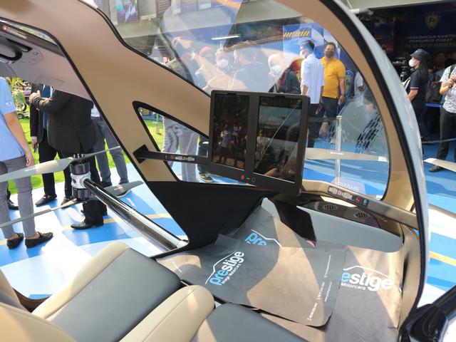 Mencoba Duduk di Kursi Penumpang Taksi Drone EHang 216 (150345)