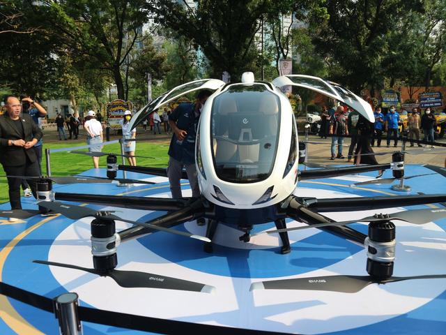 Mencoba Duduk di Kursi Penumpang Taksi Drone EHang 216 (150350)