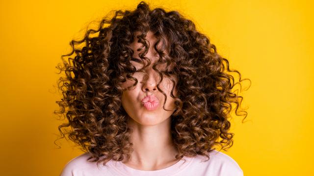 Punya Rambut Keriting? Ini 5 Hal yang Harus Diperhatikan saat Perawatan (386709)