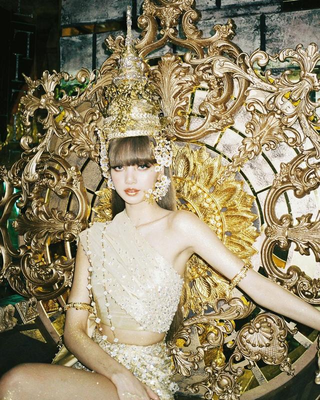 Potret Lisa Blackpink Pakai Busana Tradisional Thailand Bertabur Swarovski (13033)