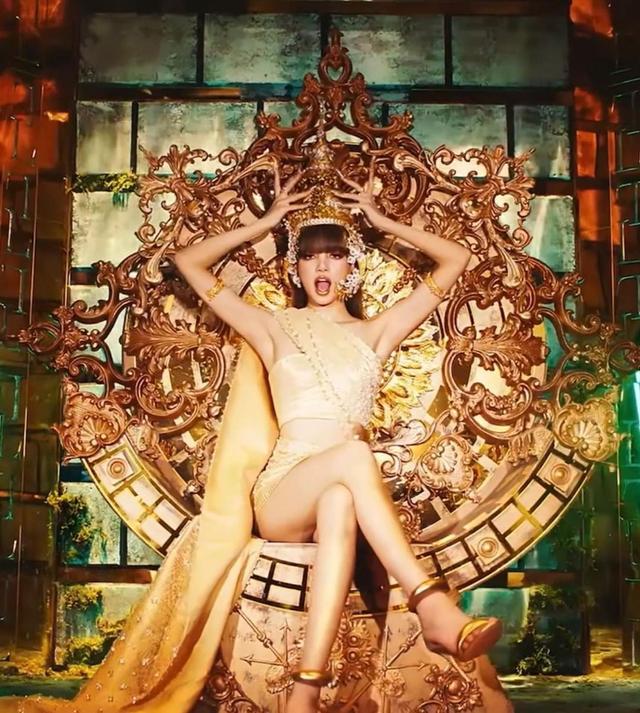 Potret Lisa Blackpink Pakai Busana Tradisional Thailand Bertabur Swarovski (13035)