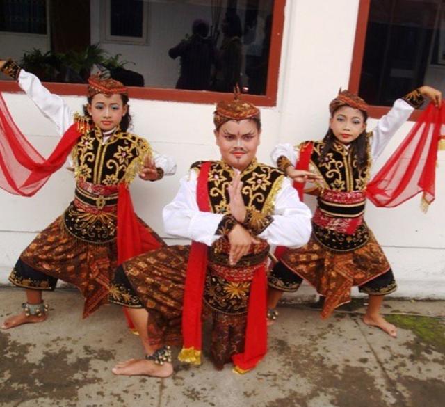 5 Contoh Tarian yang Gerakannya Kuat dan Lincah Khas Indonesia (100349)