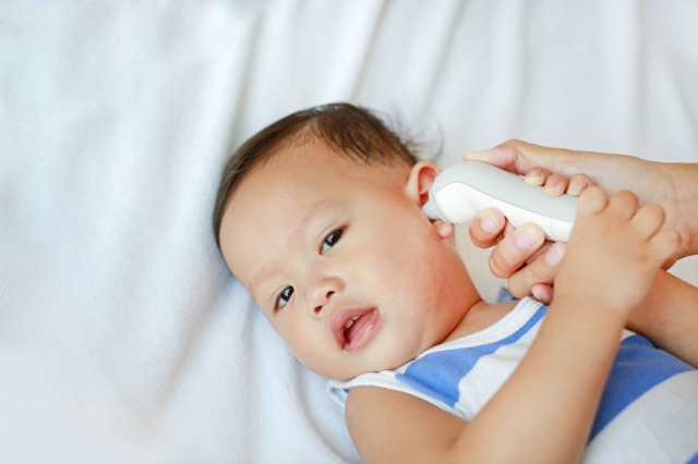 Cara Mengatasi Bayi Demam karena Tumbuh Gigi yang Bisa Dicoba (16412)