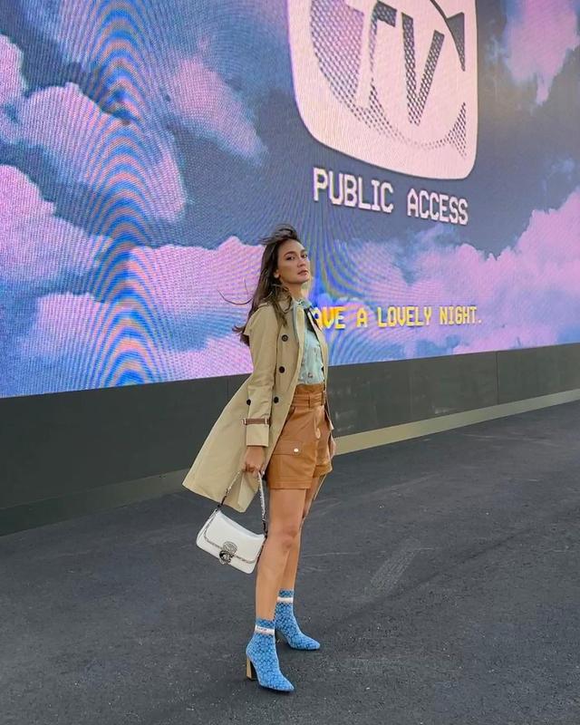 Gaya Busana Luna Maya saat Hadir di Coach New York Fashion Week 2022 (856143)
