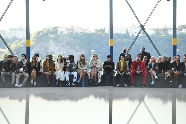 Gaya Busana Luna Maya saat Hadir di Coach New York Fashion Week 2022 (856142)