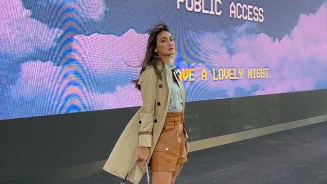 Gaya Busana Luna Maya saat Hadir di Coach New York Fashion Week 2022 (856141)