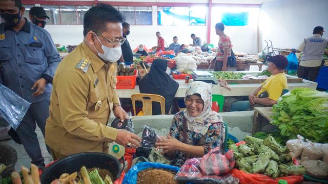 Warga Masih Abai Prokes, Wali Kota Banda Aceh Bagikan Masker di Pasar Al Mahirah (14708)