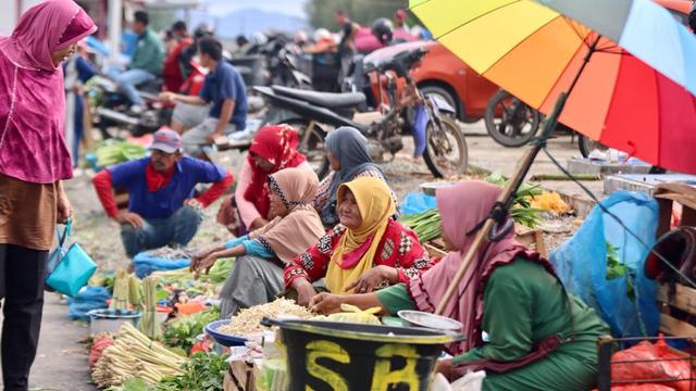 Warga Masih Abai Prokes, Wali Kota Banda Aceh Bagikan Masker di Pasar Al Mahirah (14709)