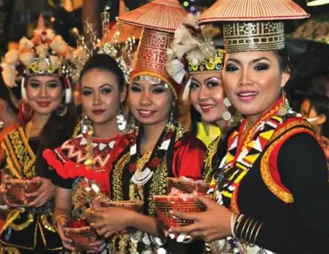 Keunikan Pakaian Adat Kalimantan Barat beserta Aksesoris dan Maknanya (154638)