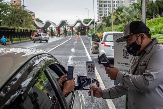 Foto: Uji Coba Penggunaan Aplikasi PeduliLindungi di Ancol (888553)