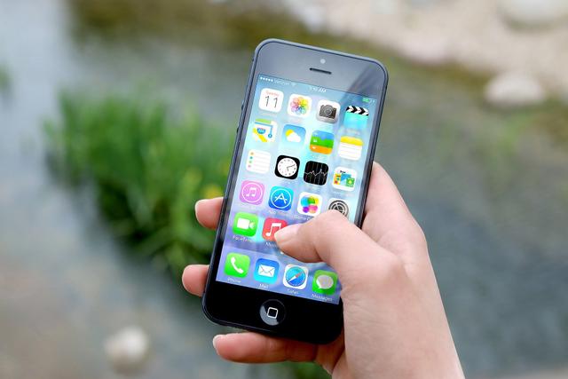 Komunikasi Manusia Melalui Telepon Genggam (41035)