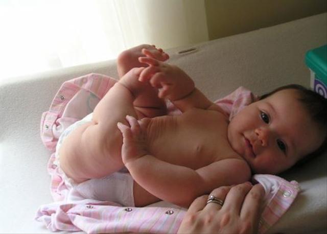 BAB Bayi Berwarna Hijau Tua dan Bau, Normal atau Berbahaya? (1016128)