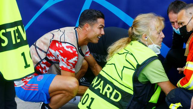Foto: Cristiano Ronaldo Datangi Petugas yang Terkapar Kena Bola Tendangannya (104795)