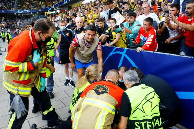 Petugas yang Terkapar Kena Bola Tendangan Cristiano Ronaldo Dapat Hadiah Jersi  (105170)