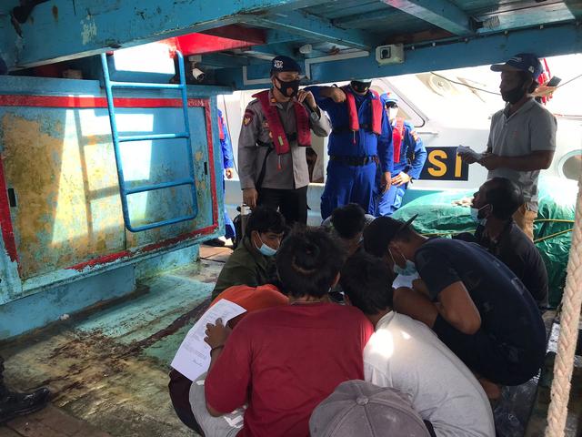 Polisi Vaksinasi Nelayan Karimun di Tengah Laut (49310)