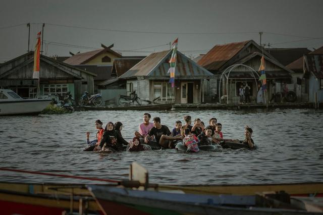 Tradisi Bekanjur di Sungai Arut, Aktivitas Hiburan di Kala Banjir Melanda (404537)