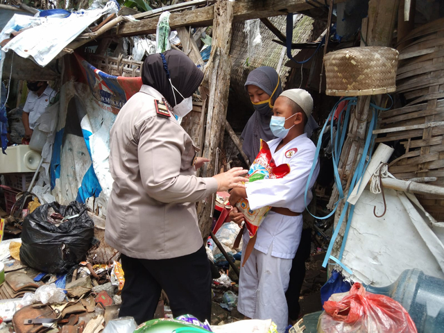 Polres Malang Beri Santunan Bocah dan Ibunya yang Bersepeda 30 Km ke Singosari (12419)