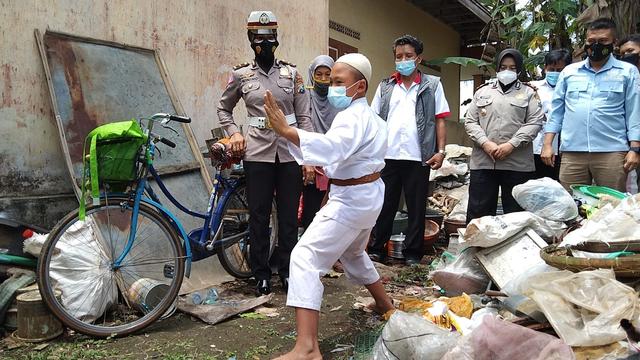 Polres Malang Beri Santunan Bocah dan Ibunya yang Bersepeda 30 Km ke Singosari (12420)