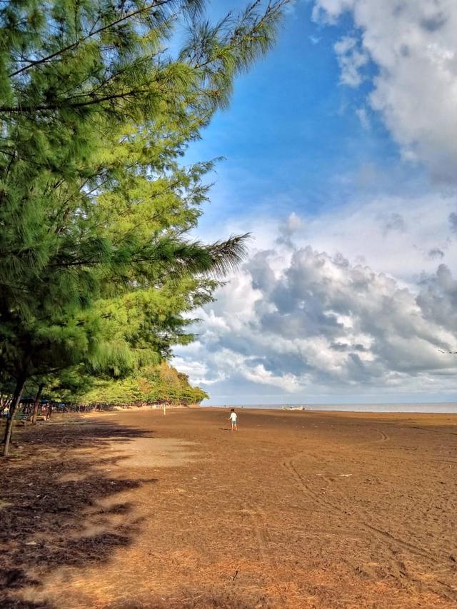 Geliat Pedagang Kecil di Objek Wisata Alam Pantai Gua Manik dan Benteng Portugis (78506)