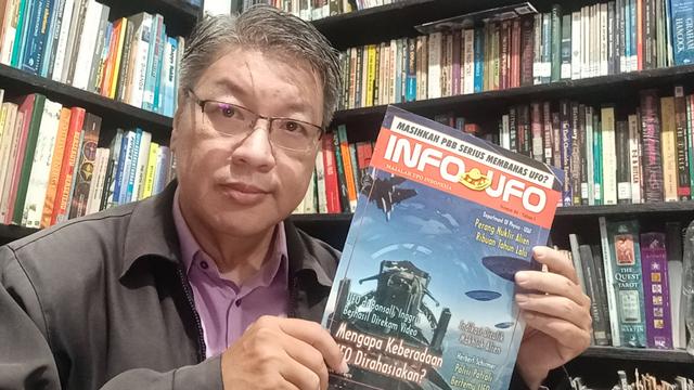 Dedengkot UFO Indonesia Terbitkan Buku Terbaru: UFOs Are Real, They Are Here (51950)